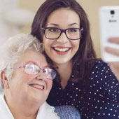El tutorial que una nieta hizo para que su abuela aprenda a enviar audios con WhatsApp