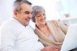 pareja mayor que disfruta de internet